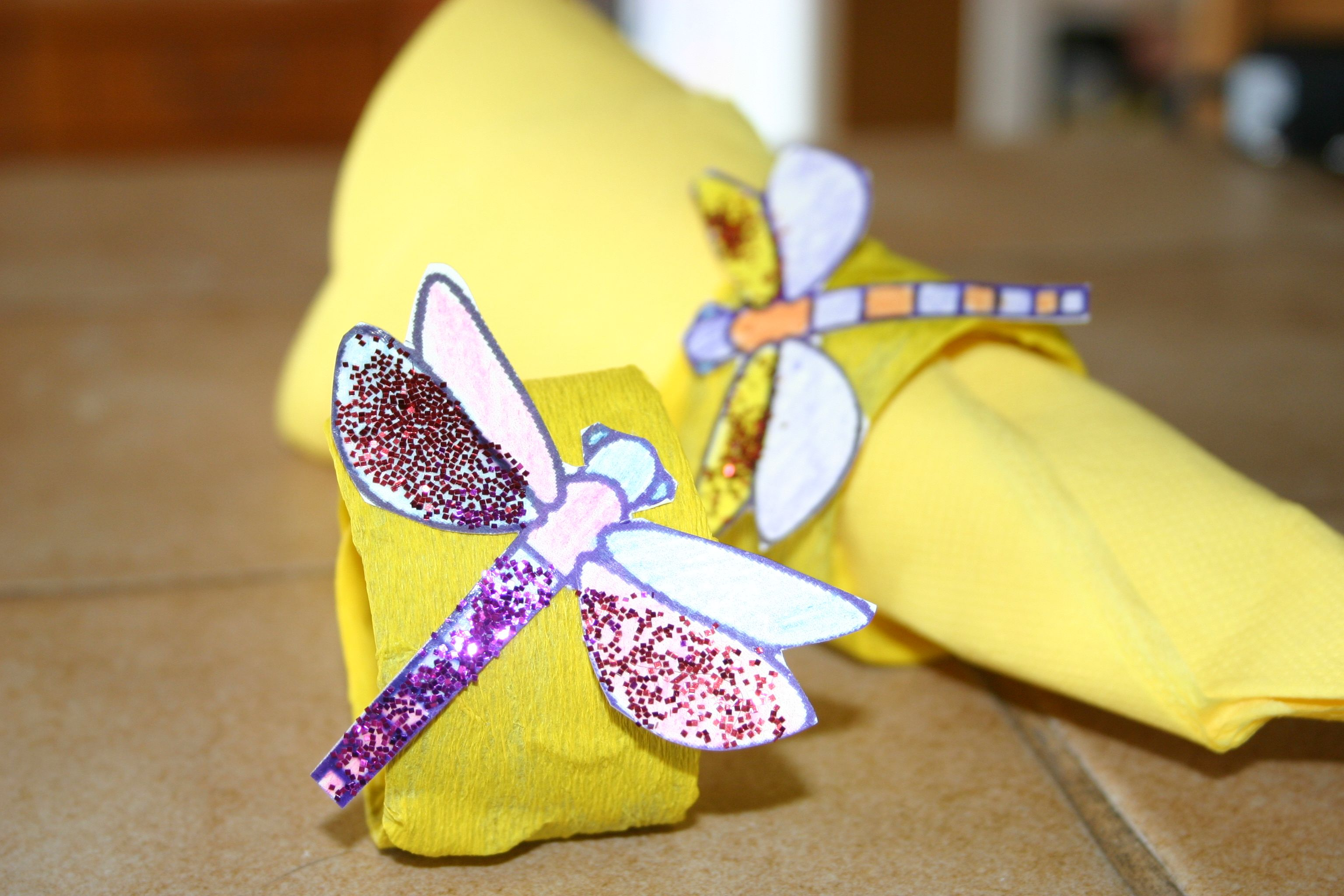 avions fait des ronds de serviette libellules a l aide de rouleaux de